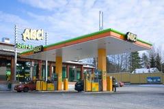 Αυτοκινητικά ABS ` στην ημέρα Μαρτίου, Φινλανδία πρατηρίων καυσίμων ` στοκ εικόνες