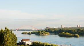 Αυτοκινητική γέφυρα γεφυρών Bugrinsky πέρα από τον ποταμό Ob στο Novosibirsk στοκ φωτογραφία με δικαίωμα ελεύθερης χρήσης