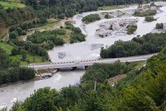 Αυτοκινητική γέφυρα πέρα από τον ποταμό βουνών στη δύσκολη κορυφογραμμή στοκ φωτογραφίες