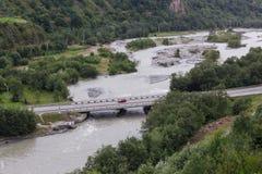 Αυτοκινητική γέφυρα πέρα από τον ποταμό βουνών στη δύσκολη κορυφογραμμή στοκ φωτογραφία