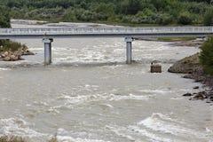 Αυτοκινητική γέφυρα πέρα από τον ποταμό βουνών στη δύσκολη κορυφογραμμή στοκ φωτογραφία με δικαίωμα ελεύθερης χρήσης