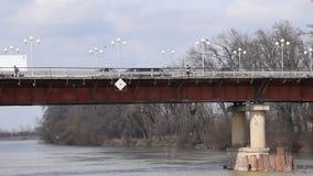 Αυτοκινητική γέφυρα πέρα από τον ποταμό Στη γέφυρα τα αυτοκίνητα πηγαίνουν και οι άνθρωποι πηγαίνουν φιλμ μικρού μήκους