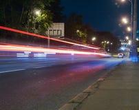 Αυτοκινητική κυκλοφορία σε μια οδό πόλεων τη νύχτα Στοκ φωτογραφίες με δικαίωμα ελεύθερης χρήσης