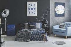 Αυτοκόλλητες ετικέττες αστεριών στην μπλε κρεβατοκάμαρα Στοκ φωτογραφία με δικαίωμα ελεύθερης χρήσης