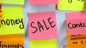 Αυτοκόλλητη ετικέττα με την πώληση λέξεων σε έναν πίνακα απόθεμα βίντεο