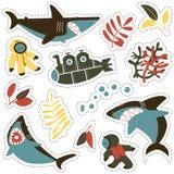 Αυτοκόλλητη ετικέττα που τίθεται με τους υς καρχαρίες, τους χαριτωμένους δύτες και το υποβρύχιο Στοκ εικόνες με δικαίωμα ελεύθερης χρήσης