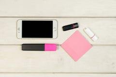Αυτοκόλλητες ετικέττες, δείκτης, τηλέφωνο, κάρτα αστραπιαίας σκέψης σε έναν ξύλινο πίνακα Στοκ φωτογραφίες με δικαίωμα ελεύθερης χρήσης