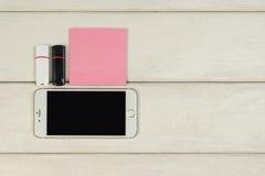 Αυτοκόλλητες ετικέττες, κινητές κάρτες τηλεφωνικής αστραπιαίας σκέψης σε έναν ξύλινο πίνακα Στοκ φωτογραφία με δικαίωμα ελεύθερης χρήσης