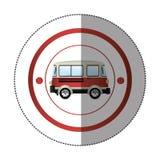 Αυτοκόλλητη ετικέττα με την κυκλική μορφή με το ζωηρόχρωμο κόκκινο φορτηγό Στοκ Φωτογραφία