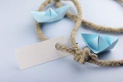 Αυτοκόλλητη ετικέττα με το παχύ πλεγμένο origami εγγράφου σχοινιών και σκαφών Στοκ φωτογραφία με δικαίωμα ελεύθερης χρήσης