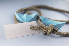 Αυτοκόλλητη ετικέττα με το παχύ πλεγμένο origami εγγράφου σχοινιών και σκαφών Στοκ Εικόνες