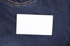 Αυτοκόλλητη ετικέττα στο μπροστινό τζιν παντελόνι τσεπών Στοκ φωτογραφία με δικαίωμα ελεύθερης χρήσης