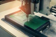 Αυτοματοποίηση της συνέλευσης μηχανών του πίνακα κυκλωμάτων υπολογιστών στο εργοστάσιο για την παραγωγή των τμημάτων υπολογιστών  Στοκ Φωτογραφία
