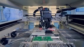 Αυτοματοποιημένα ρομποτικά μέρη ηλεκτρονικής που κατασκευάζουν τη μηχανή 4K απόθεμα βίντεο