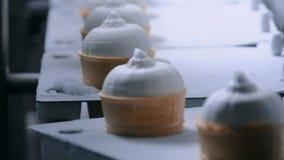 Αυτοματοποιημένη έννοια τεχνολογίας - ζώνη μεταφορέων με τους κώνους παγωτού στο εργοστάσιο τροφίμων φιλμ μικρού μήκους