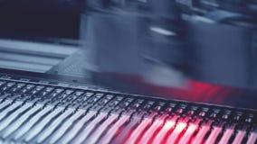 Αυτοματοποιημένη ηλεκτρονική παραγωγή πινάκων κυκλωμάτων Μπλε τονισμός απόθεμα βίντεο