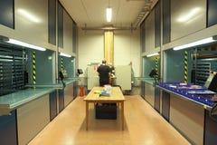 Αυτοματοποιημένη κάθετη μονάδα αποθήκευσης ιπποδρομίων στην αποθήκη εμπορευμάτων Στοκ Εικόνες