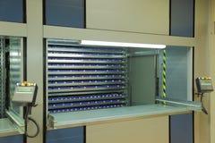 Αυτοματοποιημένη κάθετη μονάδα αποθήκευσης ιπποδρομίων στην αποθήκη εμπορευμάτων Στοκ εικόνα με δικαίωμα ελεύθερης χρήσης