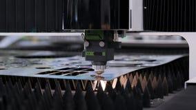Αυτοματοποιημένη παραγωγή με cnc τη διαδικασία και μηχανή λέιζερ για το κομμένο μέταλλο απόθεμα βίντεο