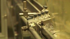 Αυτοματοποιημένη παραγωγή των φαρμάκων Γεμίζοντας φιαλίδια φαρμάκων απόθεμα βίντεο