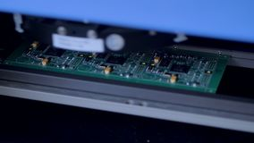 Αυτοματοποιημένη σύγχρονη μηχανή που παράγει τον ηλεκτρονικό πίνακα κυκλωμάτων Ο ρομποτικός εξοπλισμός εγκαθιστά τα ηλεκτρονικά σ απόθεμα βίντεο