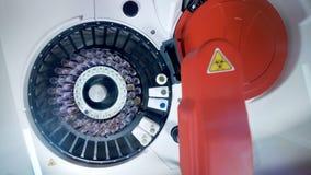 Αυτοματοποιημένος ελέγχει με υπολογιστή τα δείγματα στους σωλήνες λειτουργώντας σε μια κλινική απόθεμα βίντεο