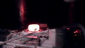 Αυτοματοποιημένος σφυρηλατήστε τα μηχανήματα στο εργοστάσιο παραγωγής metall απόθεμα βίντεο