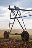 Αυτοματοποιημένο σύστημα ψεκαστήρων άρδευσης καλλιέργειας σε λειτουργία Στοκ Εικόνα
