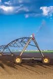 Αυτοματοποιημένο σύστημα ψεκαστήρων άρδευσης καλλιέργειας σε λειτουργία Στοκ Φωτογραφία