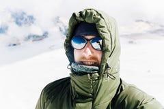 Αυτοπροσωπογραφία ενός ευτυχούς τύπου το χειμώνα στα βουνά μετά από να αναρριχηθεί στοκ φωτογραφίες