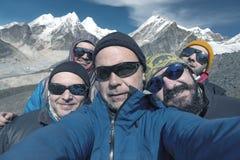 Αυτοπροσωπογραφία της ομάδας χαμογελώντας ορειβατών βουνών στοκ εικόνες