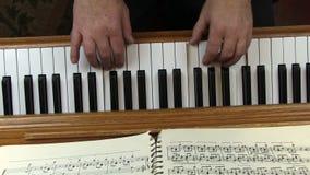 Αυτοσχεδιασμένα παλαιότερα αρσενικά χέρια μελωδίας που παίζουν το πιάνο φιλμ μικρού μήκους