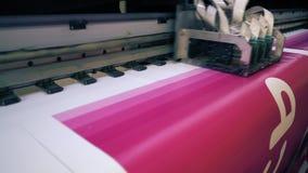 Αυτόματα μηχανήματα εκτύπωσης στην άποψη εργαστηρίων απόθεμα βίντεο