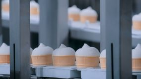 Αυτόματη γραμμή παραγωγής παγωτού - ζώνη μεταφορέων με τους κώνους παγωτού φιλμ μικρού μήκους