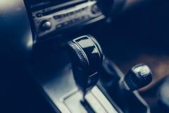 Αυτόματη κινηματογράφηση σε πρώτο πλάνο μετάδοσης SUV στοκ εικόνες