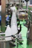 Αυτόματη μηχανή συσκευασίας με το κιβώτιο πλαστικών τσαντών και εγγράφου Στοκ εικόνες με δικαίωμα ελεύθερης χρήσης