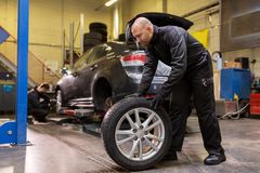 Αυτόματη μηχανική μεταβαλλόμενη ρόδα αυτοκινήτων στο εργαστήριο Στοκ εικόνες με δικαίωμα ελεύθερης χρήσης