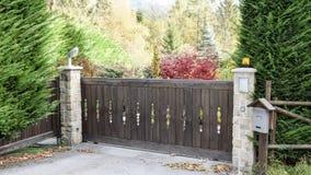 Αυτόματη πύλη στο υπόβαθρο φθινοπώρου στοκ φωτογραφία