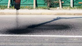 Αυτόματος ανεφοδιασμός της καυτής ασφάλτου για την επισκευή των κοιλωμάτων στο δρόμο απόθεμα βίντεο