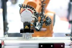 Αυτόματος βραχίονας ρομπότ με τον αισθητήρα απεικόνισης στην εργασία γραμμών συνελεύσεων Στοκ Εικόνες