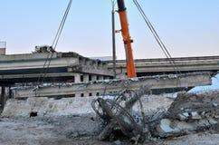 Αυτόματος γερανός, ένωση τσιμεντένιων πλακών από το γάντζο γερανών επάνω από το σκελετό οικοδόμησης στο εργοτάξιο οικοδομής, κατα στοκ εικόνα