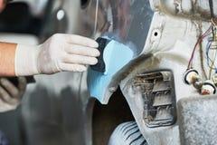 Αυτόματος επισκευαστής που επικονιάζει το autobody καπό στοκ εικόνες με δικαίωμα ελεύθερης χρήσης