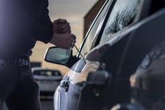 Αυτόματος κλέφτης μαύρο balaclava που προσπαθεί να σπάσει στο αυτοκίνητο Στοκ φωτογραφία με δικαίωμα ελεύθερης χρήσης