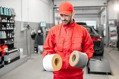 Αυτόματος μηχανικός με το νέο και χρησιμοποιημένο φίλτρο αέρα αυτοκινήτων στοκ εικόνα με δικαίωμα ελεύθερης χρήσης