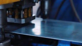Αυτόματος Τύπος που κάνει τις τρύπες στο κομμάτι προς κατεργασία Βαρύς μεταλλουργικός εξοπλισμός απόθεμα βίντεο