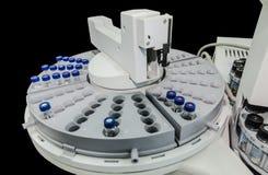 Αυτόματος χειρισμός δειγμάτων του αναλυτικού οργάνου στοκ φωτογραφία με δικαίωμα ελεύθερης χρήσης