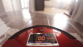 Αυτόματο κενό ρομπότ που καθαρίζει το ίδιο το πάτωμα σπιτιών απόθεμα βίντεο