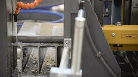 Αυτόματο οριζόντιο πριόνι ζωνών Η διαδικασία τους φραγμούς καναλιών χάλυβα απόθεμα βίντεο