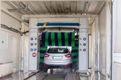 Αυτόματο πλύσιμο αυτοκινήτων στη δράση, πλύσιμο αυτοκινήτων Στοκ Εικόνα