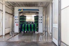 Αυτόματο πλύσιμο αυτοκινήτων στη δράση, πλύσιμο αυτοκινήτων Στοκ Φωτογραφία